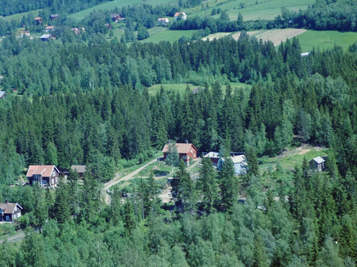 Flyfoto, Lillehammer, Søre Ål. Bildet er fra området like syd-øst for Søre Ål skole. Gamle Åsmarkvegen skimtes mellom trærne horisontalt, mens den smale veien mellom husene fører opp til dagens Fredrik Collets veg. Den brune villaen til venstre er gamle Gamle Åsmarkveg 16. Skog og jorder i bakkant.