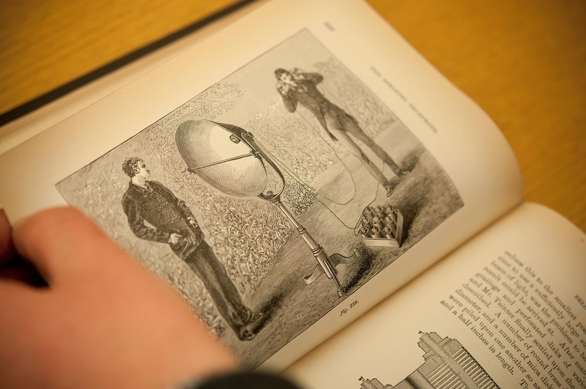 Bild från arbetet i biblioteket med den telehistoriska samlingen.
