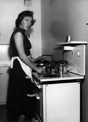 Kvinne ved komfyr 1956. Foto/Photo