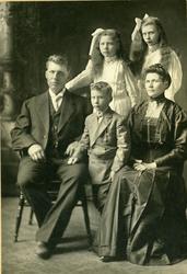 Arne Ødegaard med kona Tora Brenden og barna Georg, Anna og