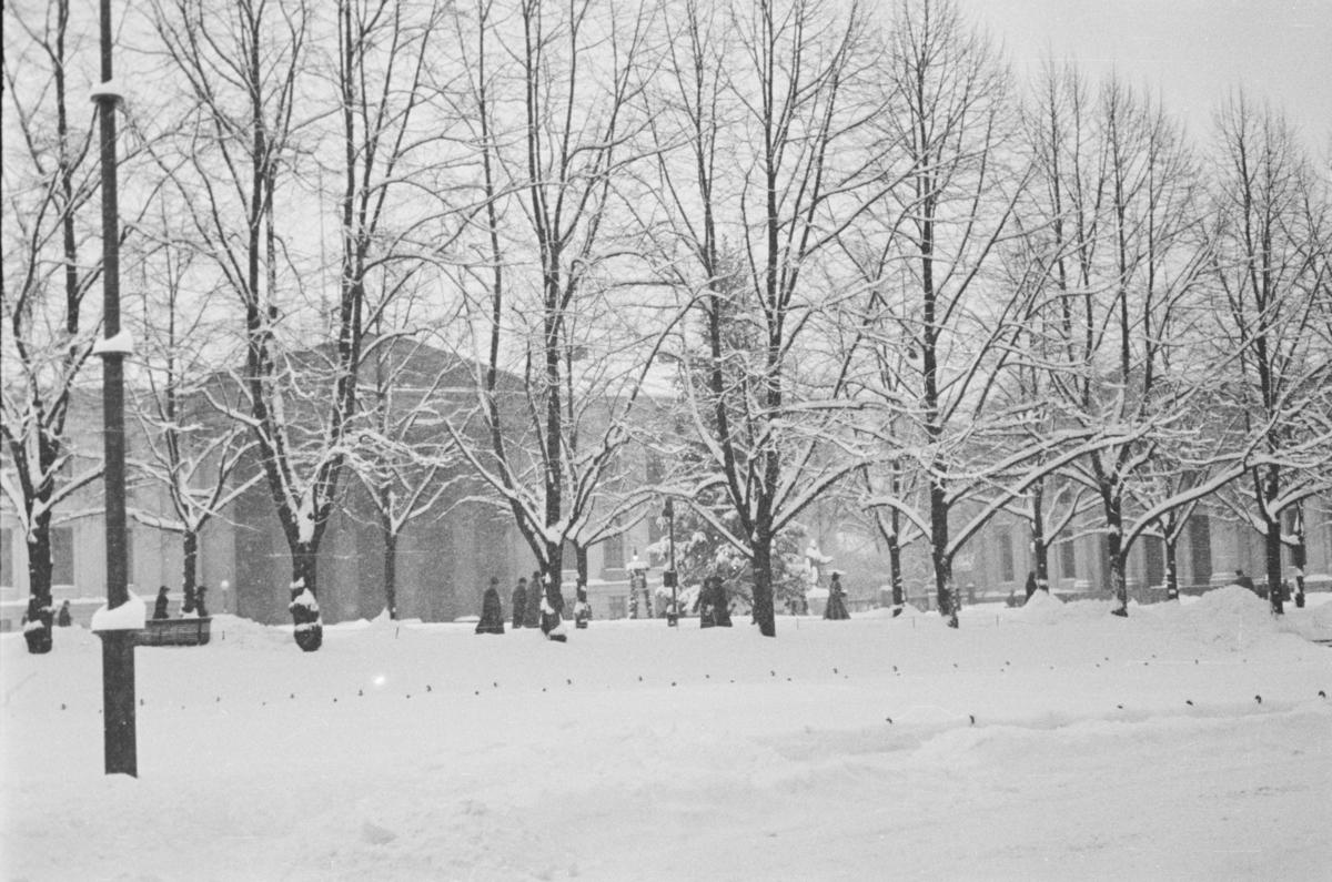 Universitetsplassen i Oslo i vinterskrud