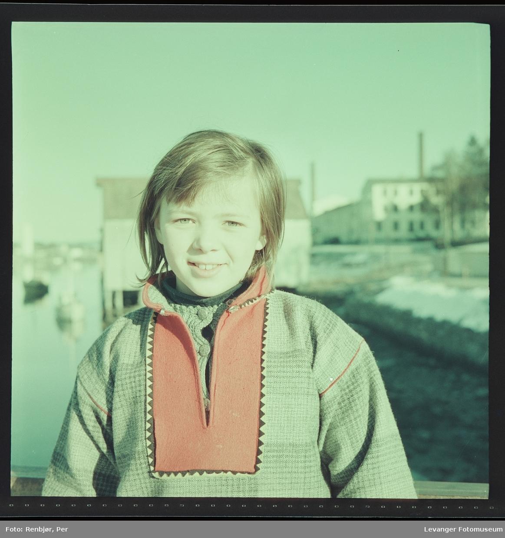 Jente på Sundbrua , med melkefabrikken i bakgrunnen.