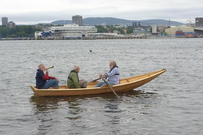 Tre menn ombord Holmsbuprammen, Oslo i bakgrunnen.. Foto/Photo