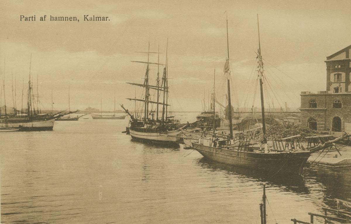 """""""Parti af hamnen, Kalmar."""" Briggar i hamnen och Ångkvarnen till höger. Norra delen av kvarnen under byggnation."""