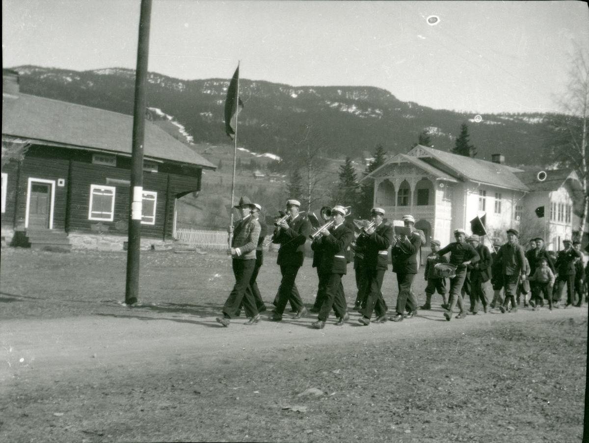1.maitog på Bangsmoen i 1920-åra. Måltrosten musikkorps spelar.