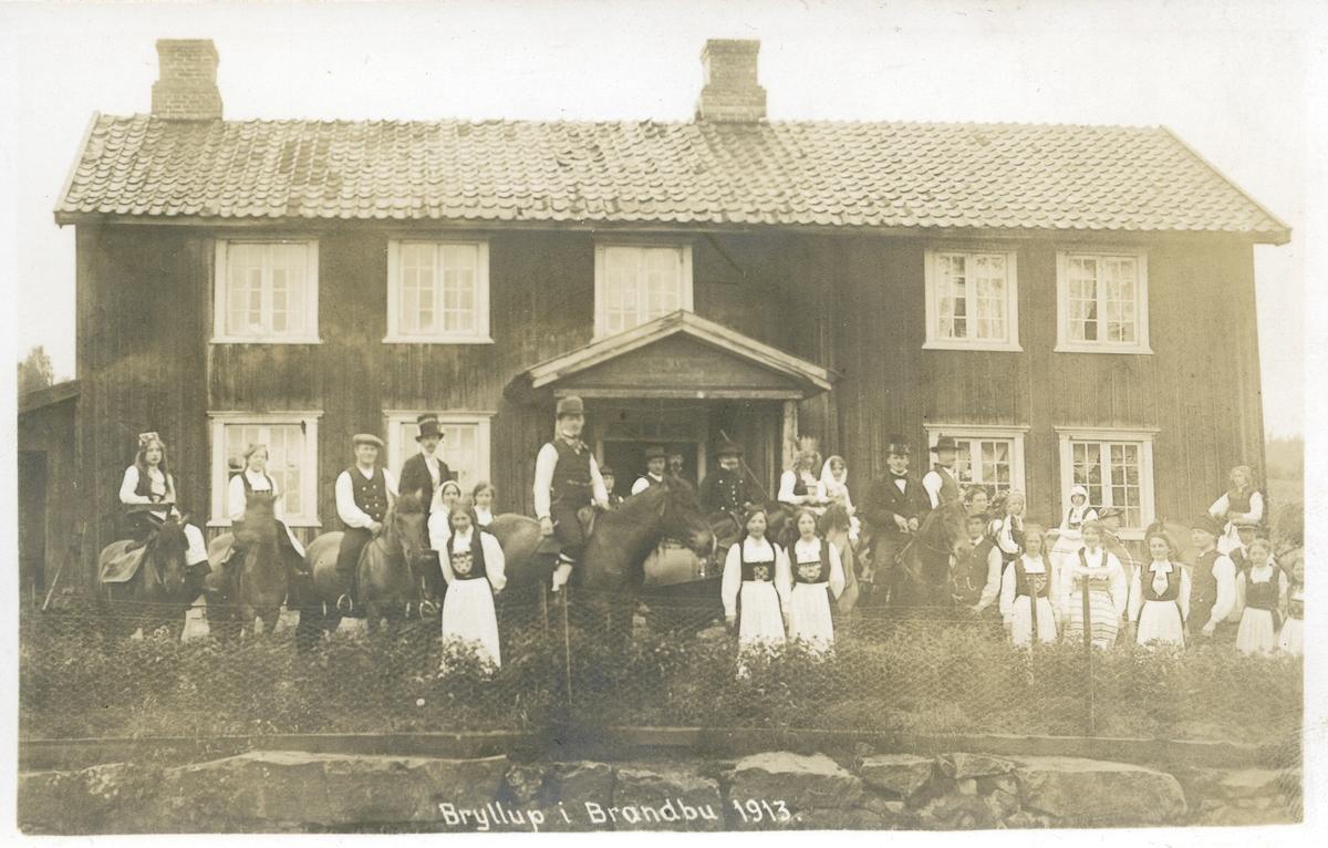 Bryllaupsopptog framom bygningen i Augedal, 1913.