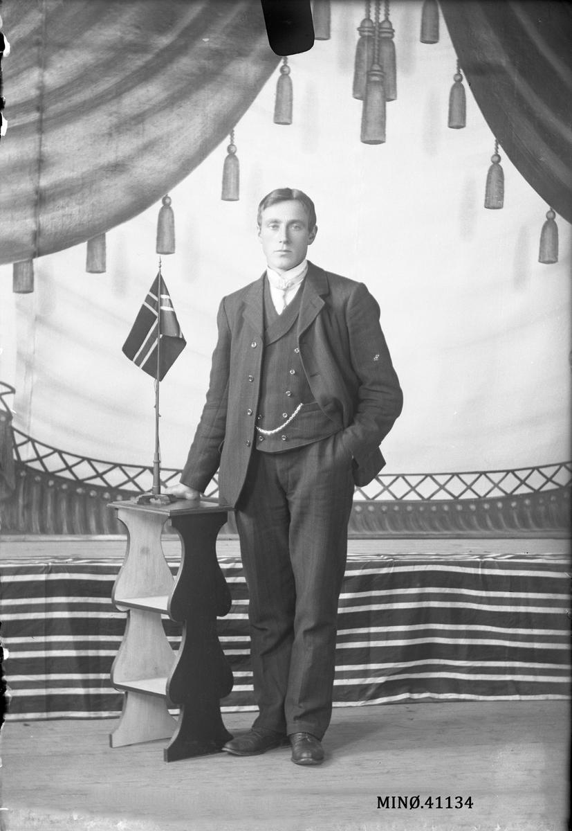 Portrett av mann med hund. Ingebr. Johannesson Rislien.