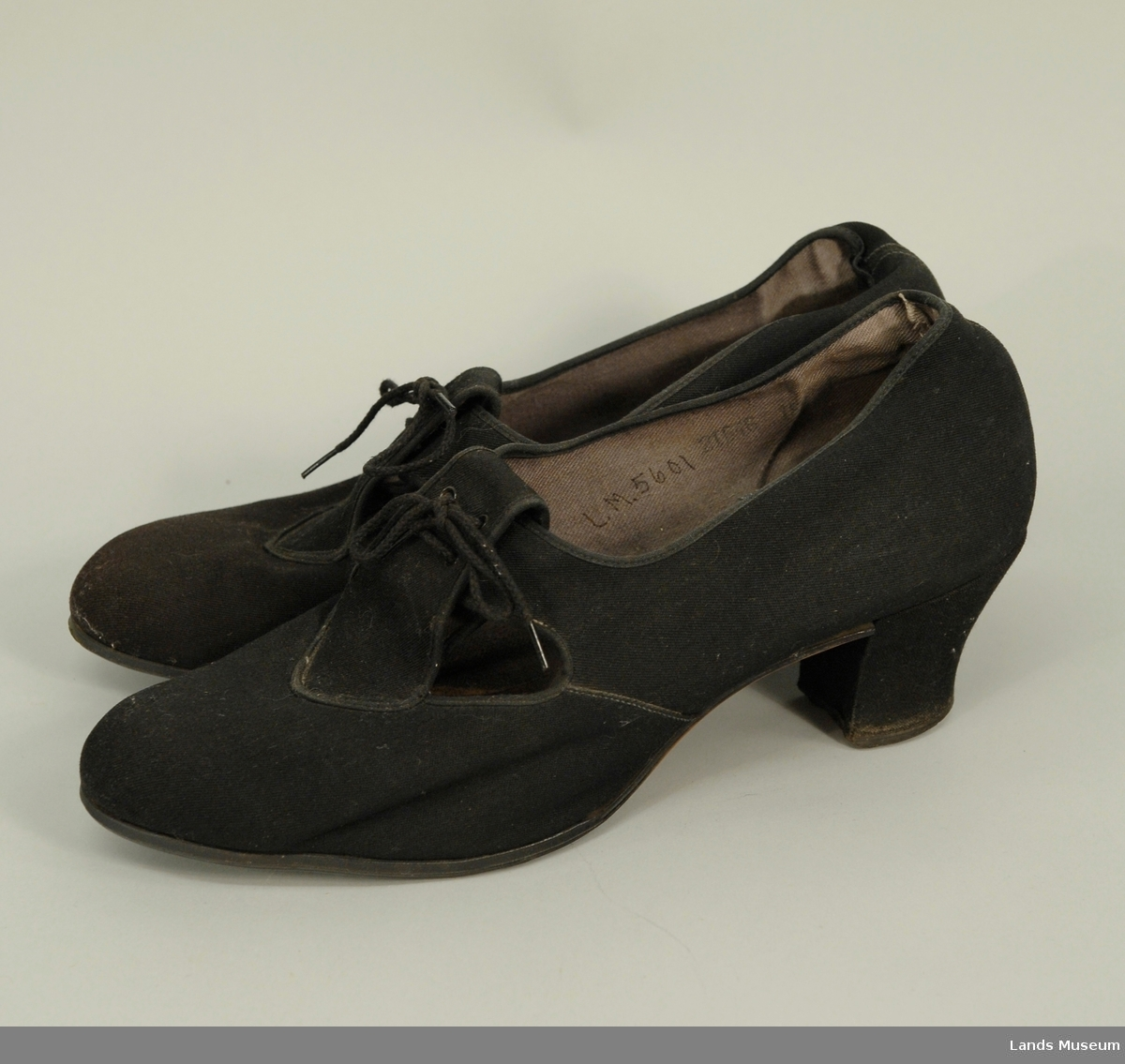 Skoene av pløse med fire snørehull og tvinnet trådlisser. Foret innvendig med grå bomullsgabardin. Heleskoen er foret også sålen.