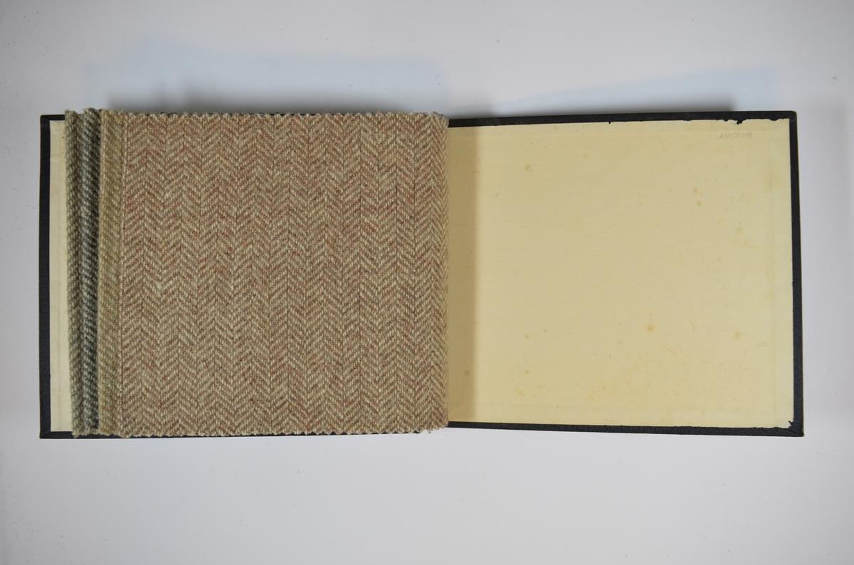 Prøvebok med 4 stoffprøver. Middels tykke lyse stoff med fiskebensmønster. Stoffene ligger brettet dobbelt slik at vranga skjules. Stoffene er merket med en rund papirlapp, festet til stoffet med metallstifter, hvor nummer er påført for hånd. Disse nummerene er krysset over med rød fargeblyant. Innskriften på innsiden av forsideomslaget indikerer at alle stoffene har kvalitetsnummer 201.   Stoff nr.: 201/1, 201/2, 201/3, 201/4.