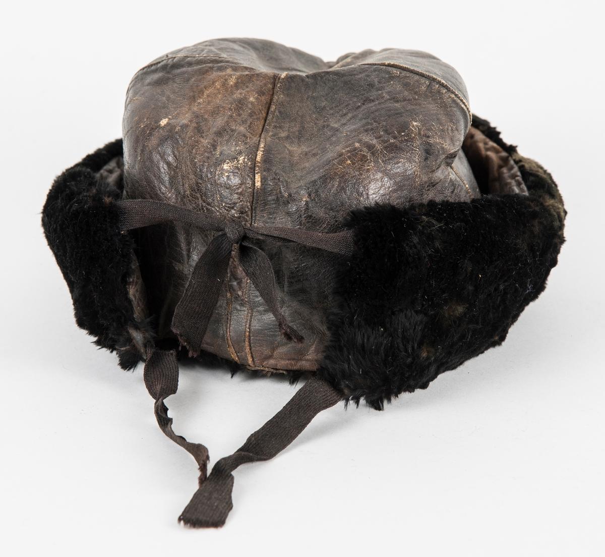 Trøye i gult semska skinn. Framstykka, kragen og framme på ermane er dekorert med lasksaum. Seks knappehol og fire messingknappar. Knappane er festa med skinnsnor på innsida. Søm midt bak opp til 12 cm frå halslinninga. 12 cm splitt nederst.  Søm i kvar side.  Delvis fora på framstykkene og nederst på bakstykket med ubleika lin, satt saman av mange bitar. (Heile jakka er sannsynlegvis vore fòra ). Lomme med lommeklaff på kvar side. Erme med to knapparhol på kvart erme. Knappar manglar.