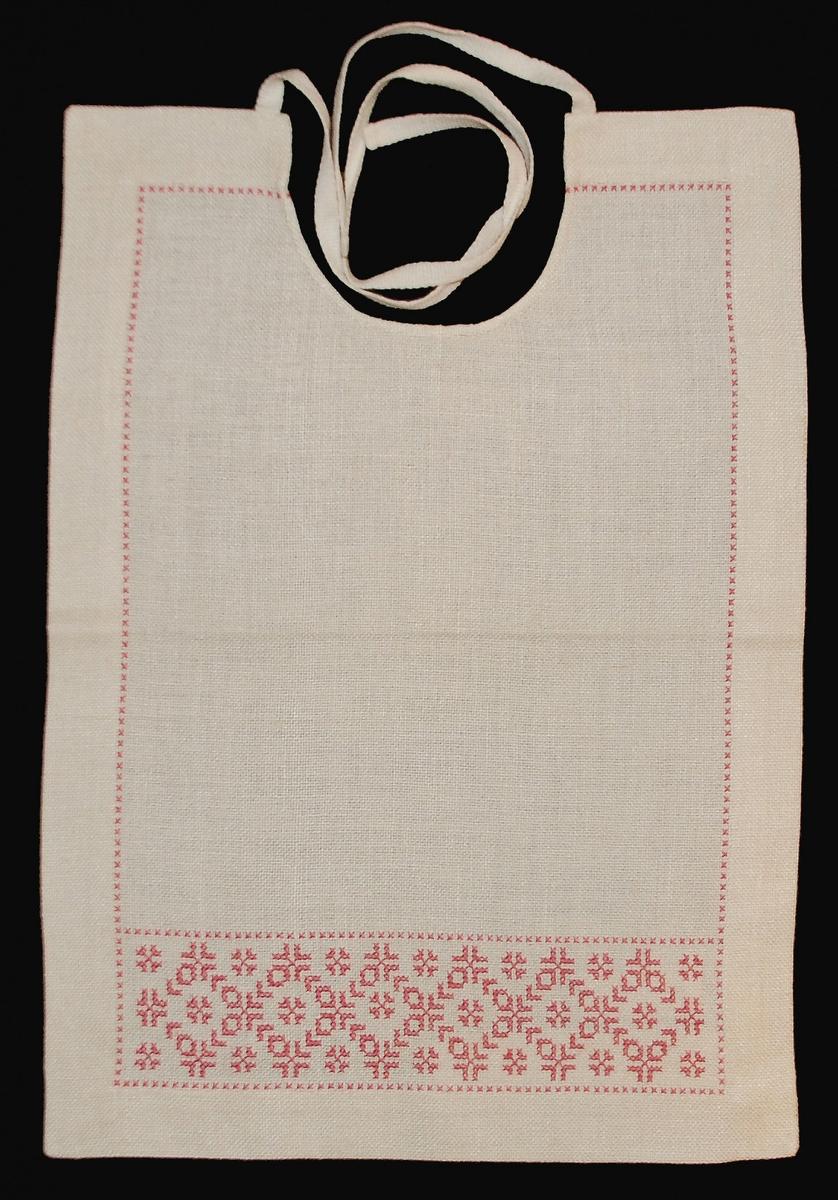 Tidigare katalogisering enl uppgift av Elisabeth Thorman:  Haklapp 35 x 25, Gästriklands hemslöjdsförening med broderi i korssöm, rött. Rommehed (H 5b) 3 kr.  Fotograferad