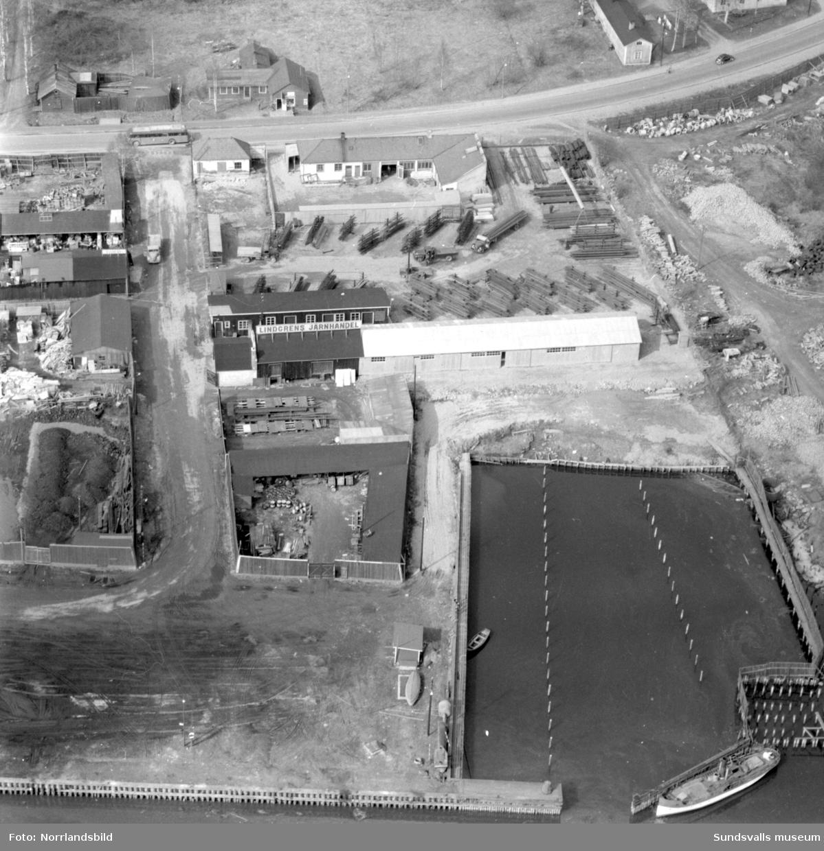 Flygfoto över ett parti av Norra kajen, där Lindgrens järnhandel hade sitt järnlager. Platsen är i princip rakt söderut från Villa Marieberg.