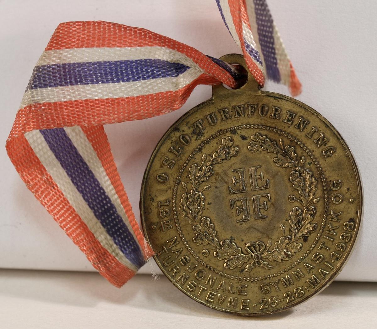 En samling idrettsutmerkelser innen ski, turn og fekting. Tre knapper og fem medaljer.