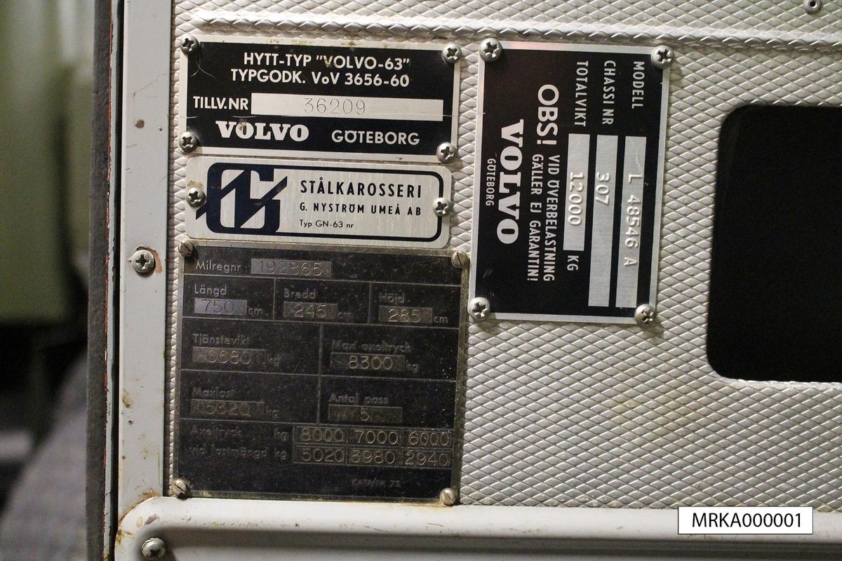 """Allmänt: En standardlasbil Volvo Viking anpassad för terrängdrift med 4-hjulsdrift och differentialspärrar. Försedd med kapell och sittbänkar på flaket. Fabrikat Volvo L 48546 A. Hytt-typ """"Volvo 63"""", tillverkningsnr 36209.  Data: Motor: Volvo TD 70 Cylindrar: 6 st Effekt: 125 hk vid 2 500 varv/min Drivmedel: Diesel Tankvolym: 120 lit Förbrukning: 4 lit/mil Elsystem: 24 volt Kylsystem: 34 lit Kraftöverföring: Växlar fram: 5st Växlar bakåt: 1 st Fördelningsväxel: Ja Terrängväxel: Ja Differentialspärr: Fram o Bak Vinsch: Sidomonterad Dragkraft: 7 000 kg med enkel lina"""
