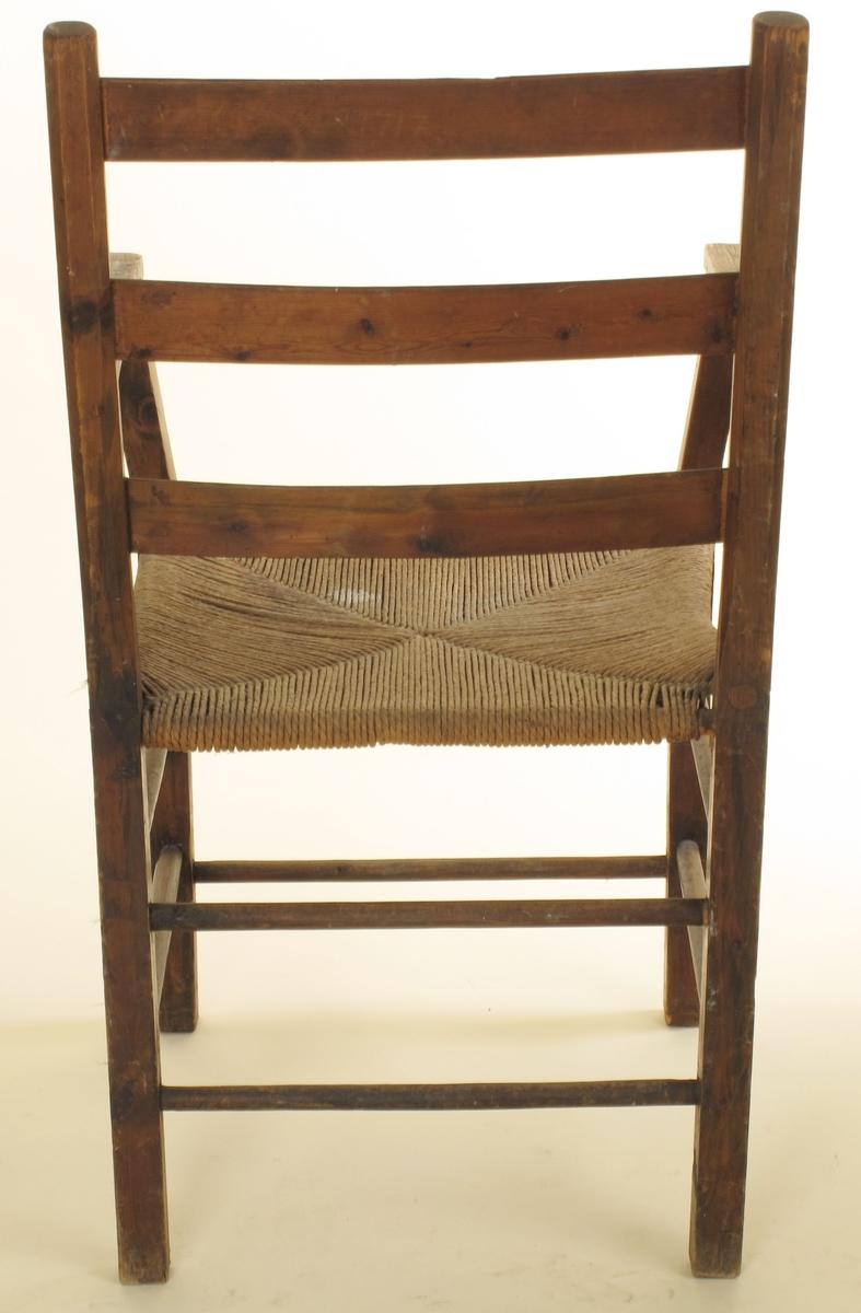 Form: Svakt buet i sete, ryggstøe og ryggbrett.