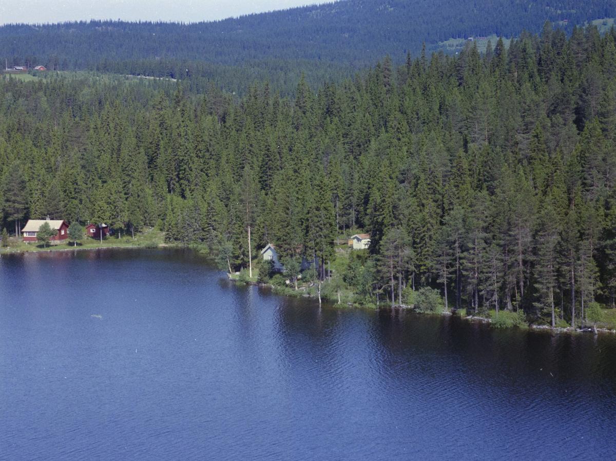 Nord Mesna, to hytter, Olaus Nilsengs hytte er den røde i bakgrunnen,  vann, vatn, innsjø, skog, bygninger, hytter