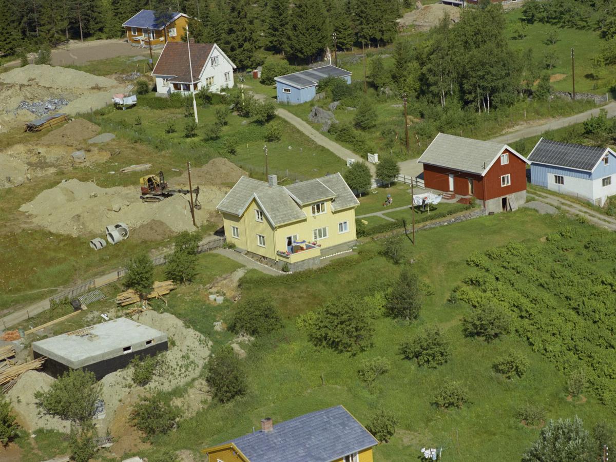 Vingnes, Vingnesenga byggefelt. Det gule huset midt i bildet er Vingnesenga gård. kulturlandskap, bygninger.