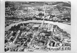 Flyfoto over byen, kopiplater tatt for Dir. Moe, verkst.