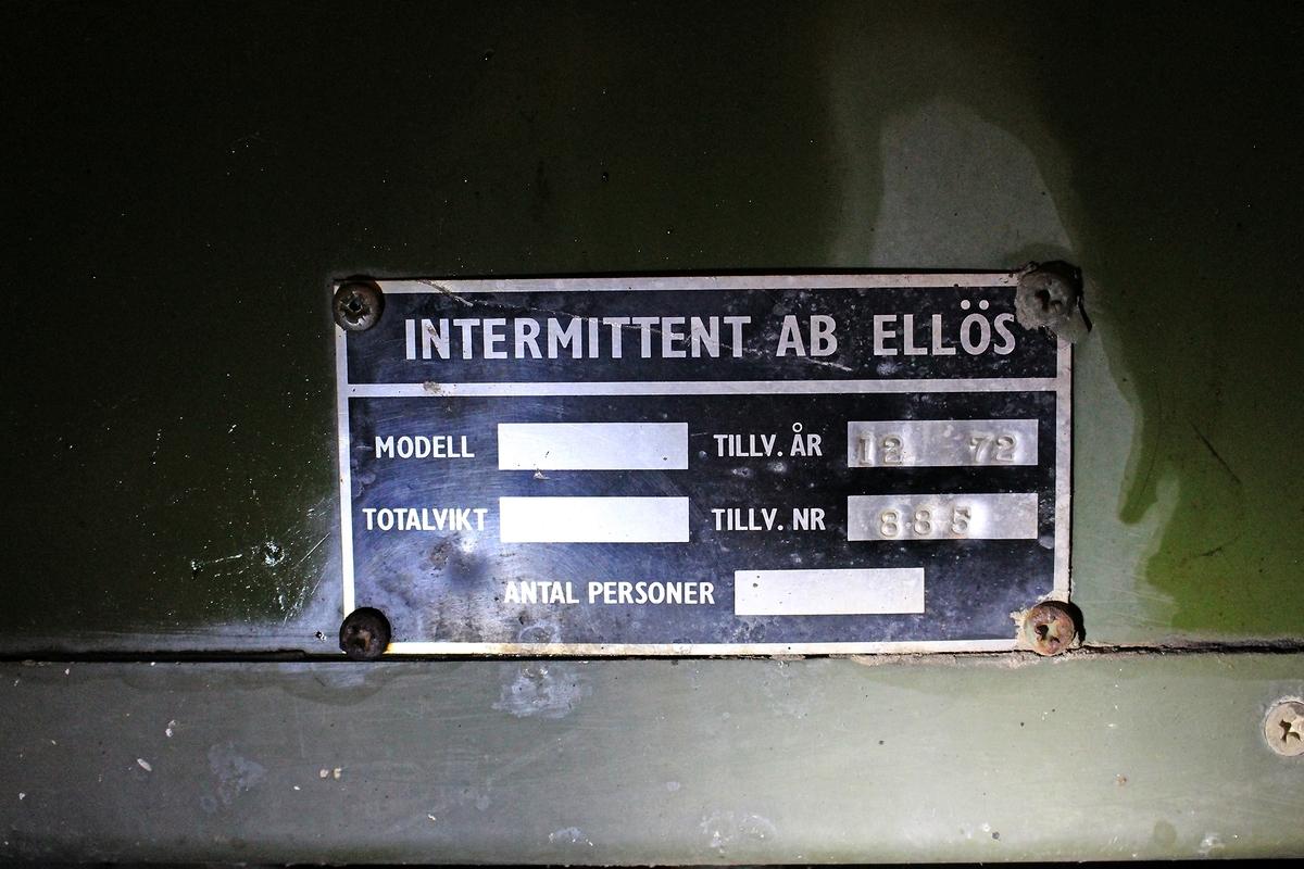 Allmänt: Stabskärra inredd för uppkoppling av sambandsystem tråd samt radio. Radioutrustning till högre chef och samverkande förband. Ett måldatainstrument för reservmetod sjömål samt markmålsbekämpning.  Sambands- och eldledningsutrustning: Ra 806                                1 st  (telefonisamband m högre chef) Ra 146                                2 st  (tal-och datasamband med Arte 719 R) RL 345                                1 st  (tal-och datasamband med Arte 719 R) BF 541                                1 st  (tal-och datasamband med Arte 719 R) MT 961                              1 st  (Lufor) TK L30/T10                         1 st  (trådsamband) Tfn app m/37                      1 st Måldatainstrument              1 st Likriktare 24 V                     1 st  Strömförsörjning: Elverk 5 kVA
