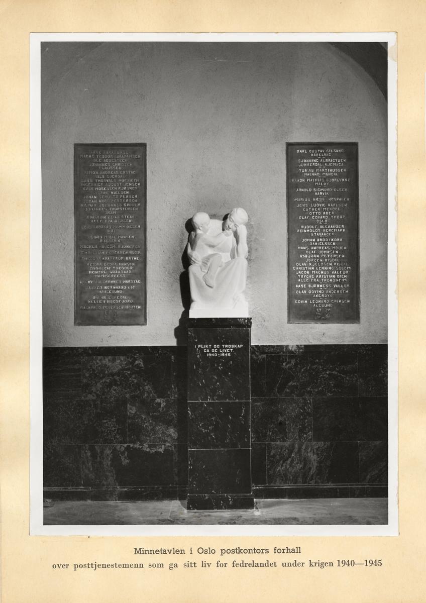 Minnetavlen i Oslo postkontors forhall over posttjenestemenn som ga sitt liv for fedrelandet under krigen 1940-1945.