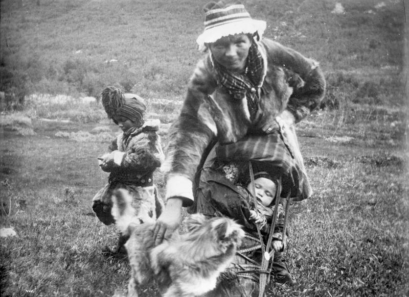Samisk kvinne med to barn, ca. 1900. (Foto/Photo)