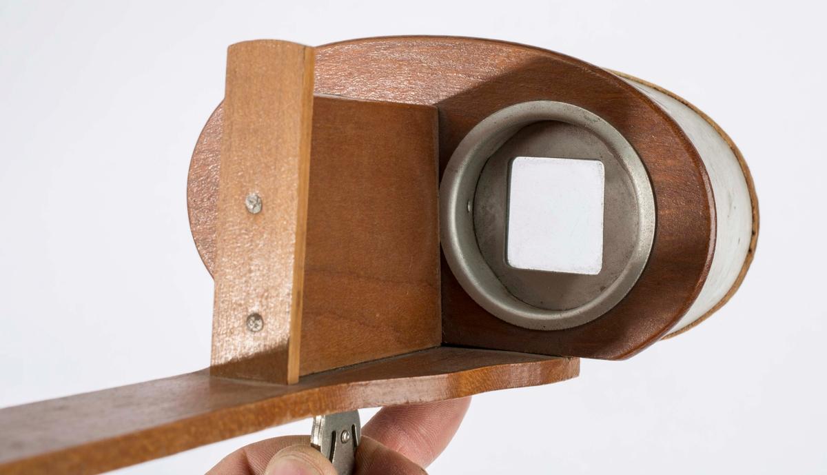 """Stereoskop i tre. Til å se på bilder i 3D. Stereskopet er av merket """"THE MERCURY STEREOSCOPE TRADEMARK"""". Produsert av """"UNDERWOOD & UNDERWOOD NEW YORK""""."""