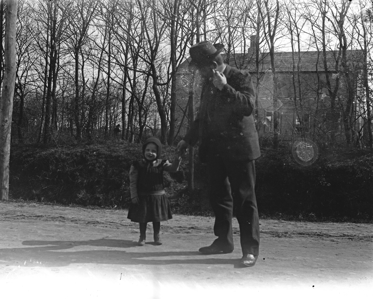 Far och barn. Fotograf okänd.
