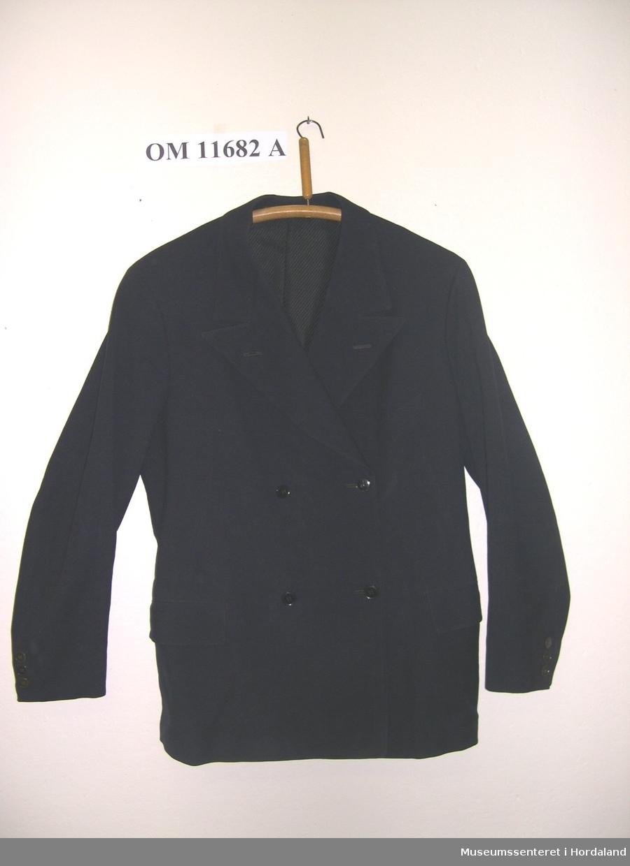 Form: langerma jakke med slag og brystlomme, vest med tamp i ryggen o to lommer på vesntre sida