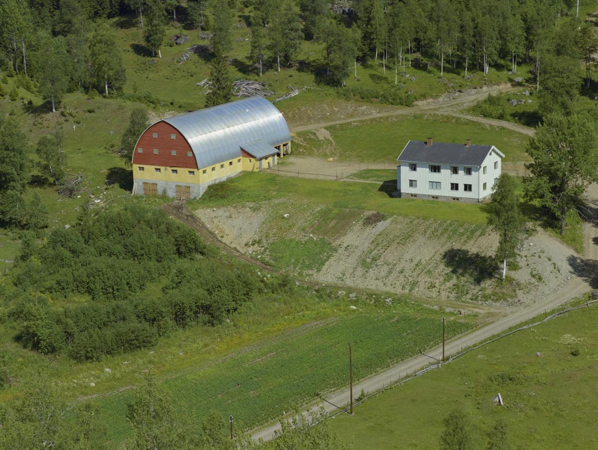Saksumdal, Rindal gård. Nybygd låve, kulturlandskap.