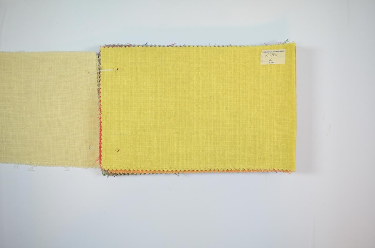 18 stoffprøver klippet med sikksakk-saks. Relativt tynne ensfargede stoff i ulike farger. Toskaftsvev, men stedvis er to eller tre tråder vevet som én tråd. Dette gir et regulært rutemønster. Stoffprøvene er brettet på midten slik at formatet passer inn i prøvebøker fra Sjølingstad. Alle har runde merker etter å ha vært eller skulle bli stiftet til en bok eller et hefte. Stoffene er merket med en firkantet papirlapp, limt til stoffet, hvor stoffnummer er fylt ut for hånd i et trykket skjema. De tre første stoffene er heftet sammen med en tråd med stift i enden og en lapp i den andre enden.   Stoff nr.: 2190/1, 2190/2, 2190/3, 2190/4, 2190/5, 2190/6, 2190/7, 2190/8, 2190/9, 2190/11 (merkelappen har løsnet fra stoffet, men ligger inni stoffprøven), 2190/13, 2190/14, 2190/15, 2190/16, 2190/17, 2190/18, 2190/19, 2190/20.
