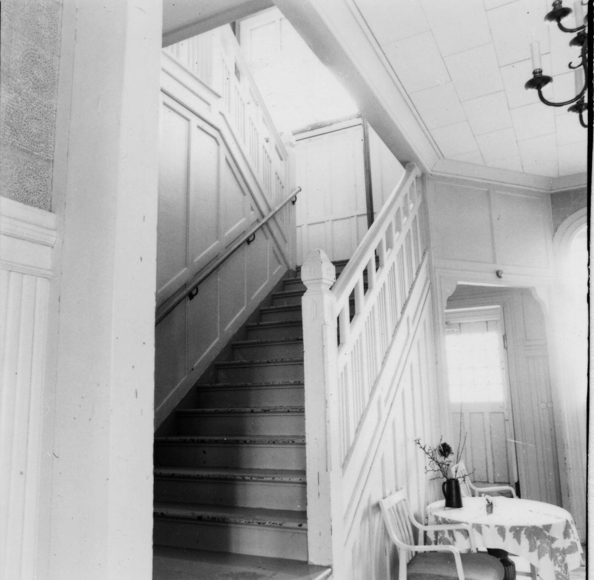 Bottenvåningen, trappa i hallen.