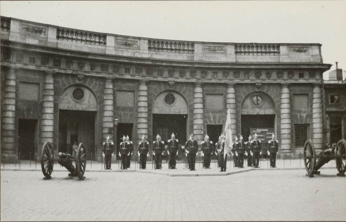 Högvakt på kungliga slottet i Stockholm.  Göta livgardes stridsvagnsbataljon, 1928-1930, 1:a kursen.