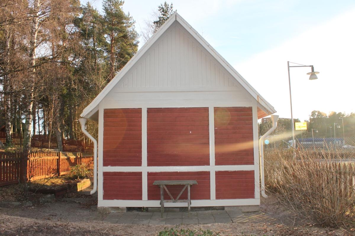 Huset består av en regelstomme som vilar på huggna hörnstenar. Fasaden har omväxlande liggande och stående rödmålad panel monterad mellan ett rutnät av vitmålade brädor. Sadeltaket är skivtäckt med falsad plåt samt har fotränna och stuprör i samm material. Vindskivorna i trä är täckta med plåt. Taket över verandan är täckt med papp. Fönstrer finns på tre sidor av byggnaden. Dessa är spröjsade och har sex rutor per båge, vilka är monterade i sektioner om en, två eller tre bågar tillsammans. Dropplister i plåt sitter på nederdelen av fönstret, mellan båge och foder. Byggnaden saknar eldstad och således skorsten. Två grönmålade spegeldörrar finns monterade på den södra och västra fasaden.