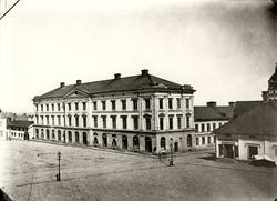 Orig. text: Stora Torget.  Stora Hotellet är uppförd 1852 i