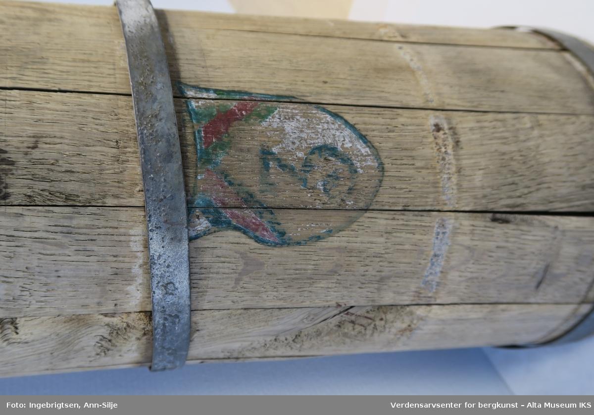 Sylinderformet trespann med hank. Spannen er smalere på toppen og der skrår kanten opp til den ene siden.