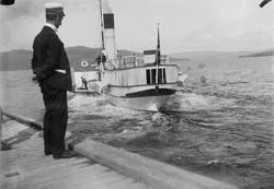 Gjøvik, ukjent passasjerbåt/dampbåt på Mjøsa, uniformert man