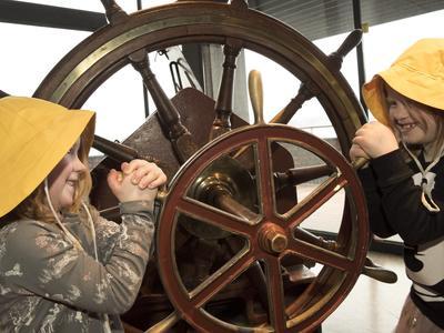To jenter med gul sydvest til rors.