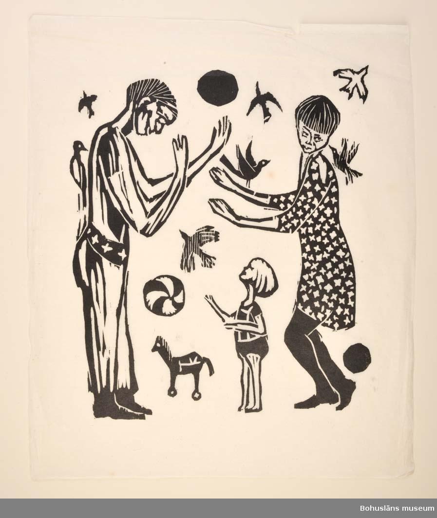 En man och en kvinna står mitt emot varandra med lyftade armar och ett barn emellan sig. Flygande fåglar, bollar och en leksakshäst runt personerna.