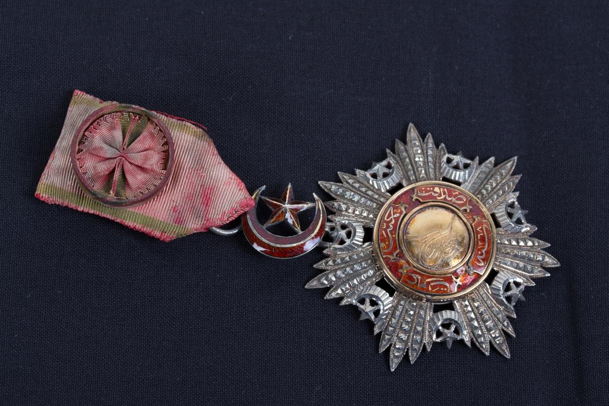 Tyrkisk ordensmedalje 4. klasse med bånd, rosett og slipsnål.