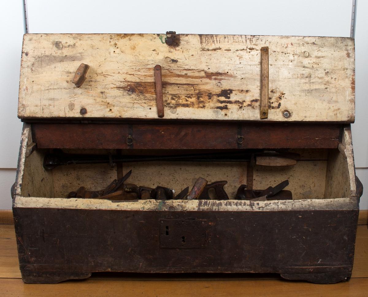 Tømmermannskiste med verktøy, bl.a. høvler, bor, hammere, filer og stemjern