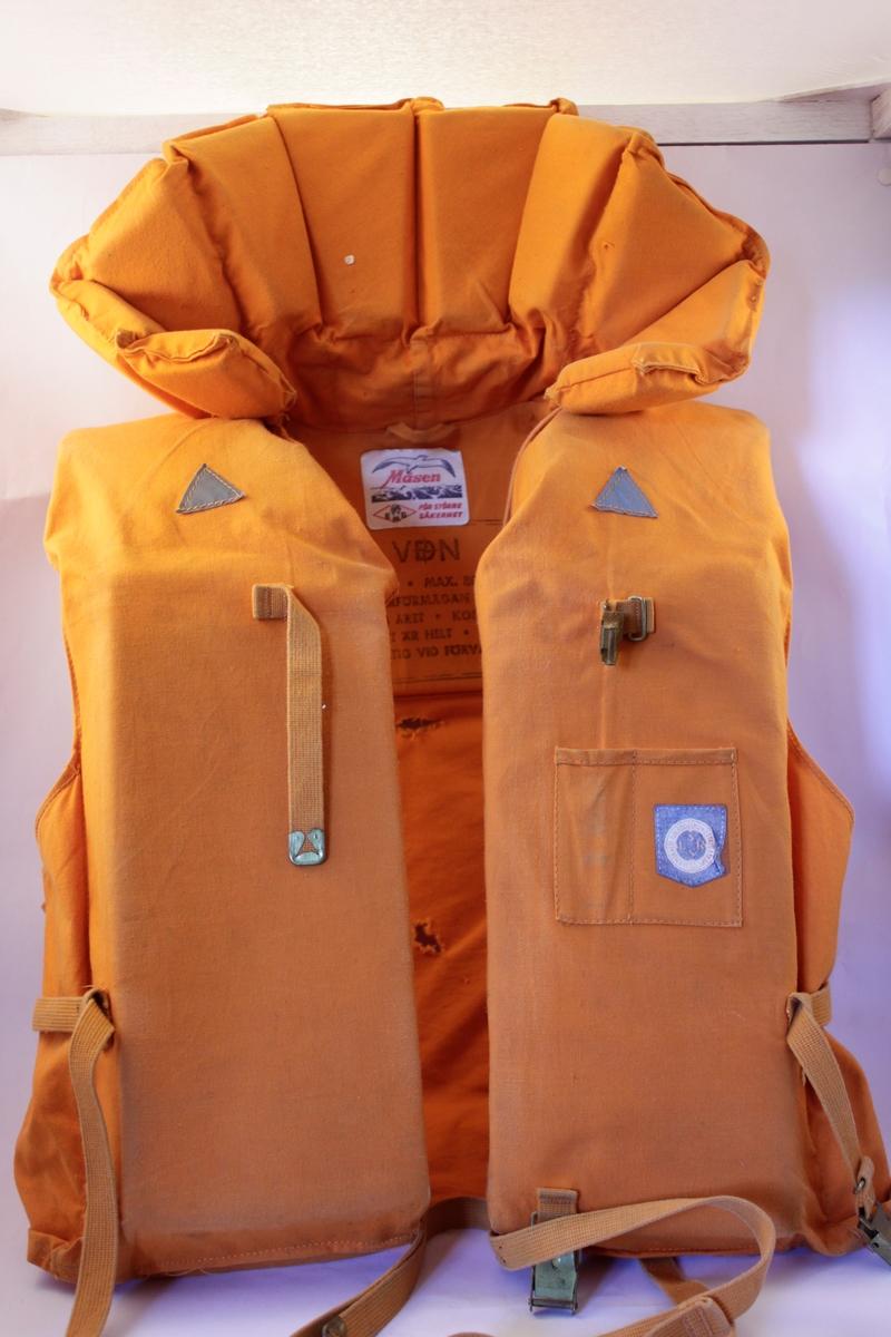 Orange flytväst för vuxna i bomullstyg med tygremmar. Flytkrage med två trekantiga reflexer fram.
