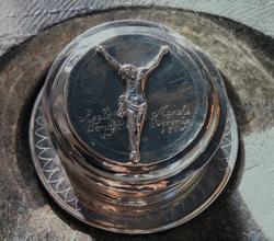 Løten kirke, oblateske,kristusfigur,gitt av sokneprest Roald