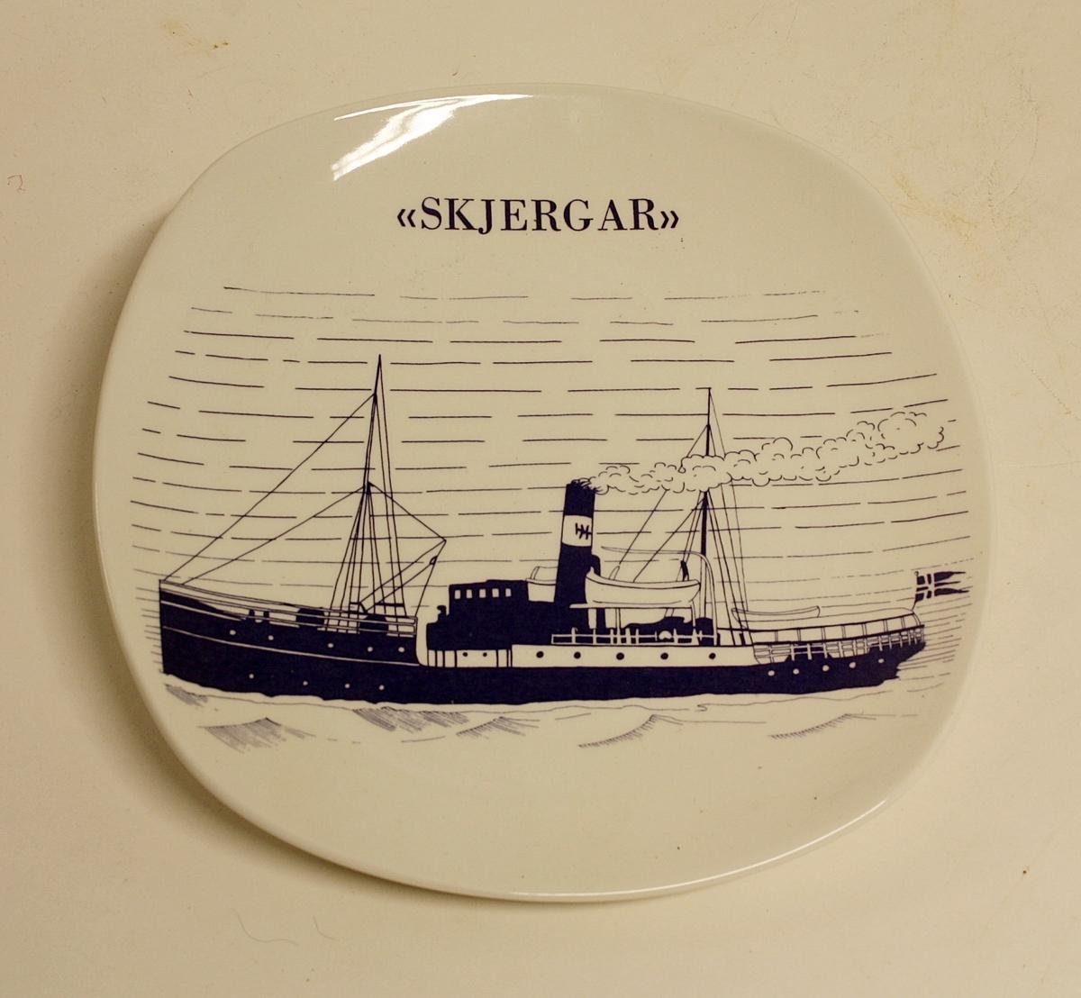 """Avrundet, rektangulært fat med bilde av båten """"Skjergar"""".  Gave fra Øygarden kommune til Kystmuseet i Øygarden."""