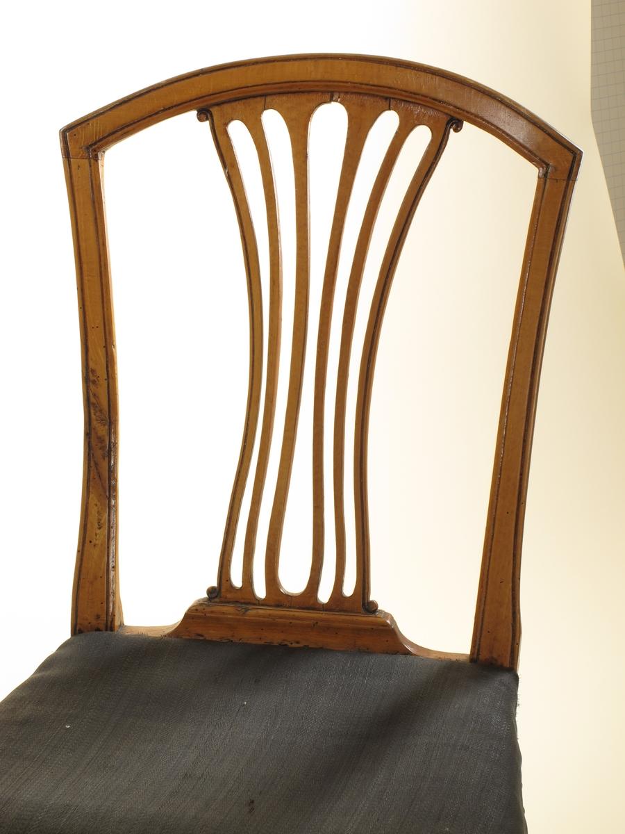 Firkantede, svakt buede ben, H-formet kryss, rosetter (sirkulære, med en profillinje) i hvert hjørne. Profillinje langs akterstavene og toppstykket, som er buet og rundet på baksiden. Ryggbrettet er oppdelt i seks svakt buede spiler, de ytterste ender øverst og nederst i bittesmå volutter. Setene trukket med hestehår, festet med messingknapper. Tilstand: stolene er restaurerte, antag. ca. 1950 før de ble satt ut på Merdøgaard. Treverket er fullt av gamle markhull og noen nye. H-kryssene er fornyet dels. Sargene er bak blitt forsterket på undersiden med en trelist. Setene er nye. men det gamle hestehårstrekket er brukt. noen har skjøter. Et par av setene har småhull i trekket. Bakbenene er avslitte og avvasket politur.Toppstykkene er bleket og avslitte i polituren, vel p.g.a. sol og våte fingre ved flytting ved gulvvask.  Stolene markbehandlet juli 1969.
