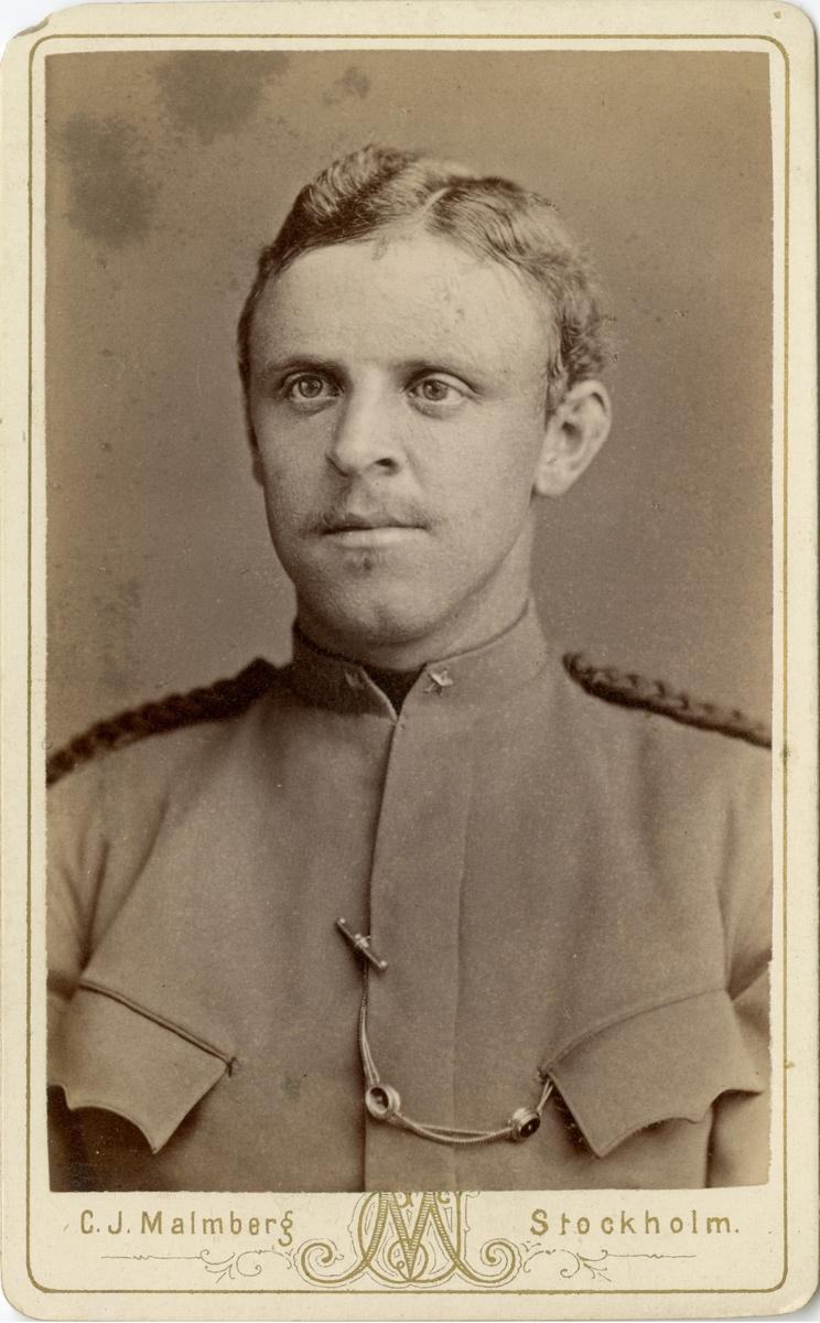 Porträtt av Georg Frans Herman Julius Juhlin-Dannfelt, underlöjtnant vid Fortifikationen. Se även bild AMA.0007664 och AMA.0007694.