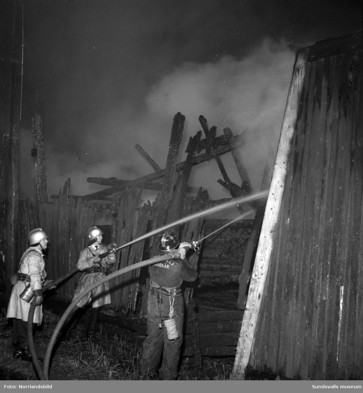 Eldsvåda i en industribyggnad på Heffnersvägen. På en skylt står det WMB Isoleringsaktiebolaget.