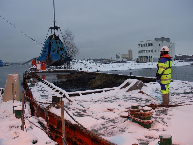 En arkeolog følger med på mudring av sjøbunn under Senketunnelprosjektet i Oslo.