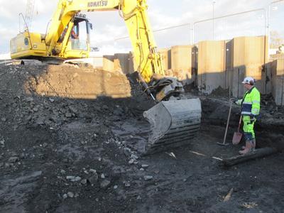 Arkeolog overvåker maskingraving på Barcode B13. (Foto/Photo)