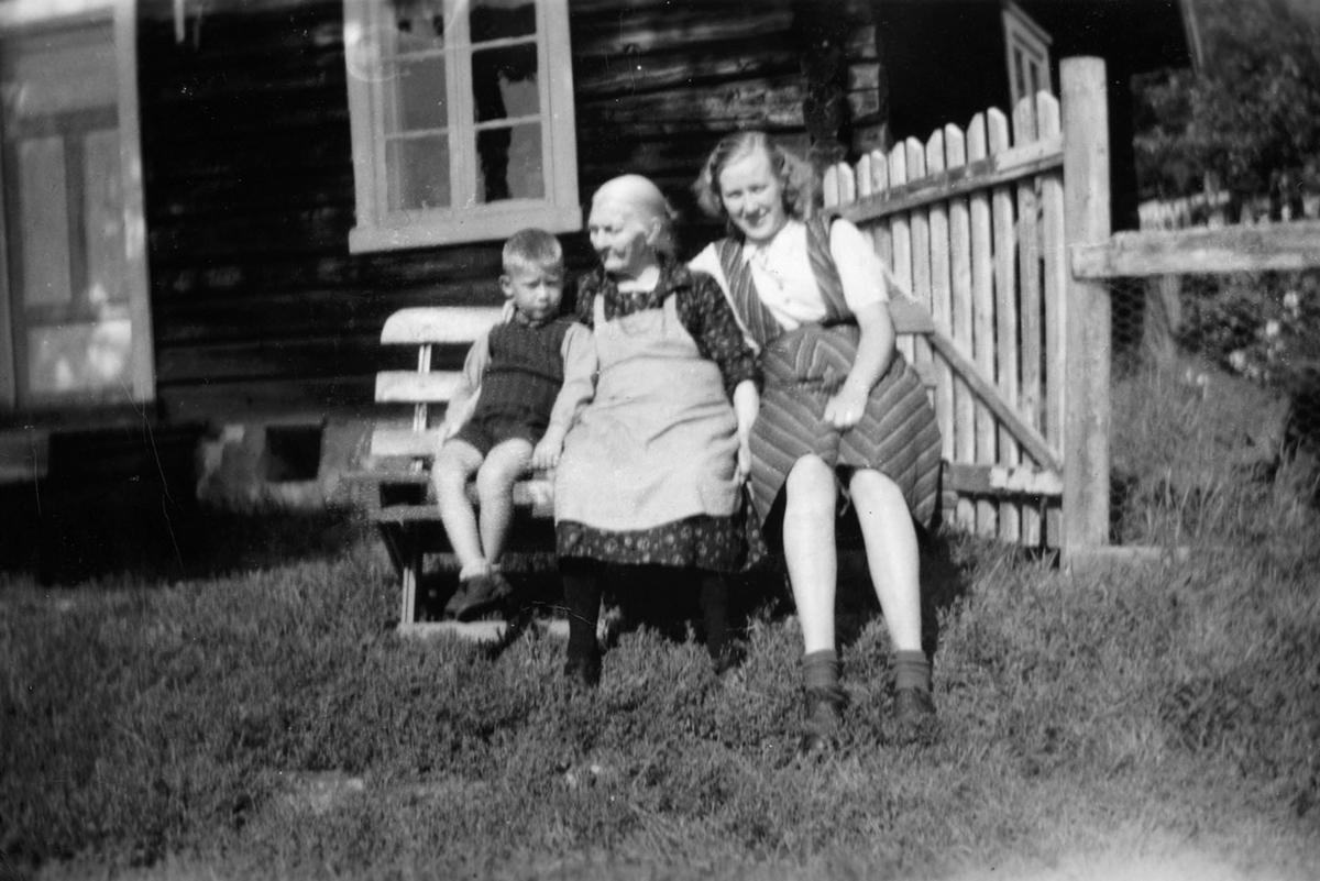 Rekstadstranda, familiegruppe 3. I midten Selma  Johansdatter Amundsen f. 12.01.1863- d. 1952. T.v ukjente oldebarn. t.h. Tordis Haave (g.m. gårdbruker Bernt Haave, Furnes).