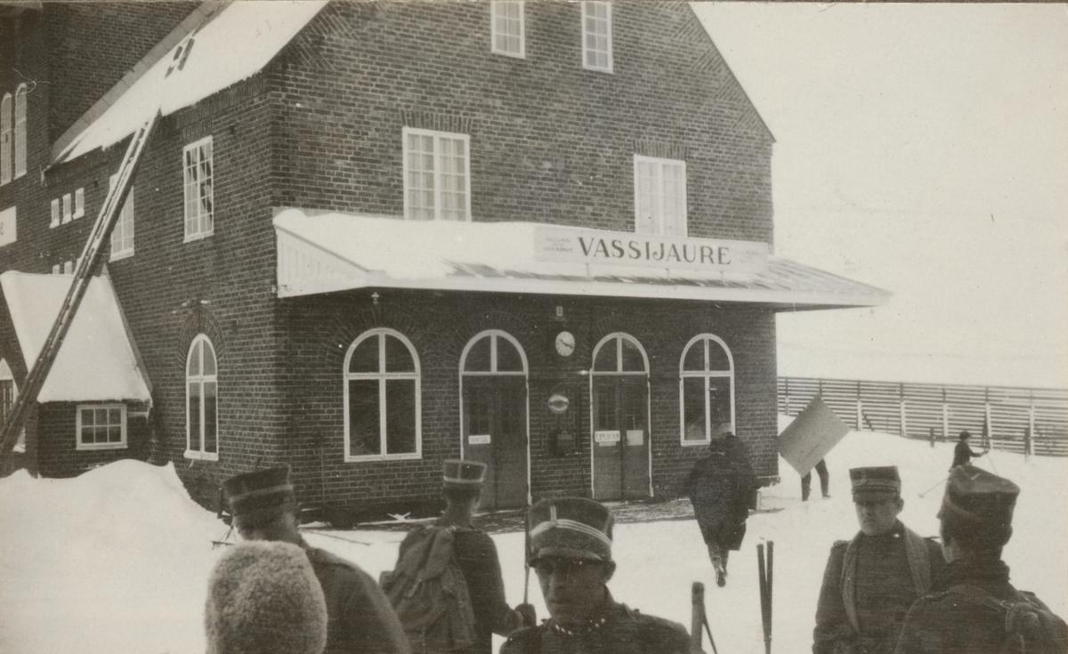 Soldater från Göta livgardes stridsvagnsbataljon utanför Vassijauri station i Lappland.